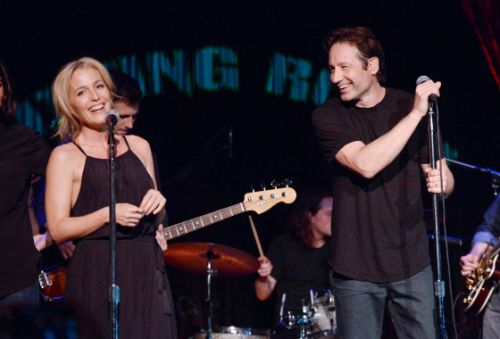 X Files Stars Duchovny Anderson Sing Together Onstage